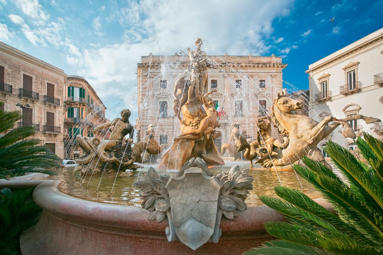 Fuente en centro de Siracusa en Sicilia