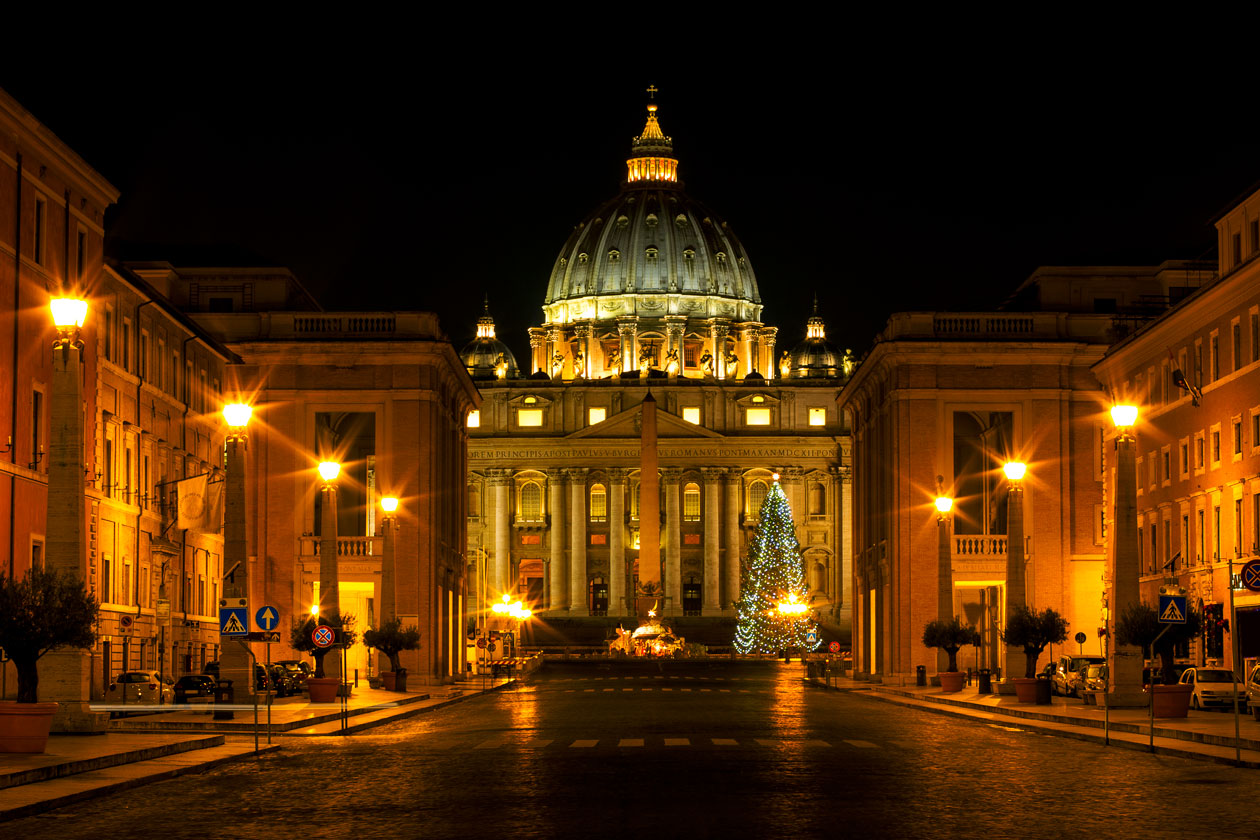 La Basilica de San Pedro de noche