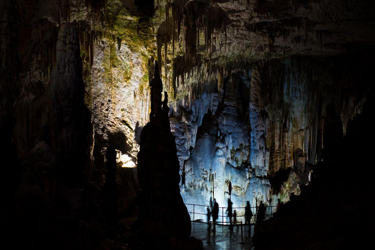Recorrer la cueva de Postojna